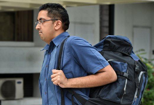 British national Yogvitam Pravin Dhokia arrives at the state court in Singapore on October 16, 2015.  AFP PHOTO / ROSLAN RAHMAN